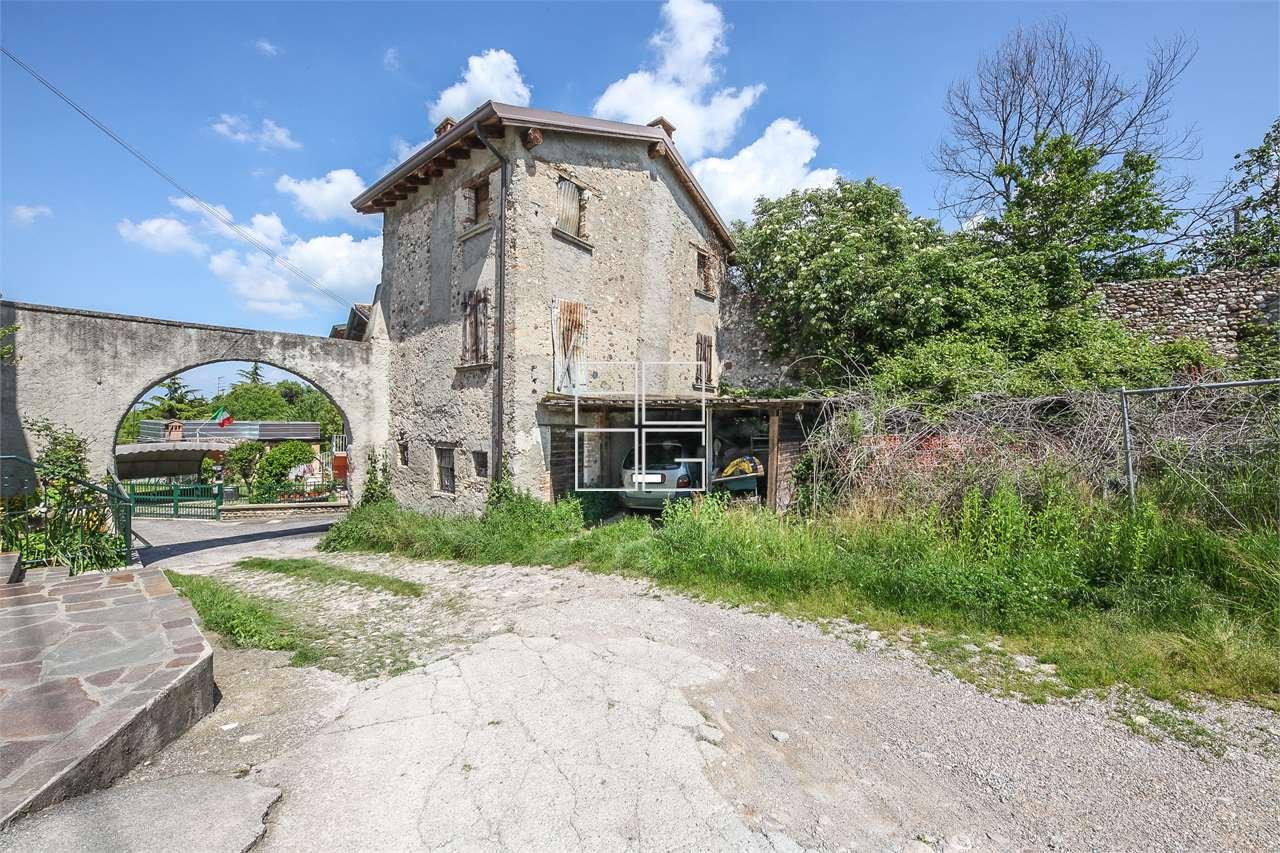 Характерный деревенский в древней деревне в Desenzano del Garda